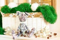 Regalo del Año Nuevo Juguete del oso de Tilda Teddy en fondo de la Navidad Imagen de archivo libre de regalías