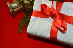 Regalo del Año Nuevo y de la Navidad en un fondo rojo Fotografía de archivo