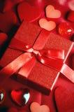 Regalo del amor de la tarjeta del día de San Valentín Imágenes de archivo libres de regalías