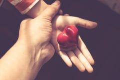 Regalo del amor Regalo caluroso Una caja de regalo con un corazón rojo dentro Fotografía de archivo libre de regalías