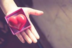 Regalo del amor Regalo caluroso Una caja de regalo con un corazón rojo dentro Fotos de archivo libres de regalías