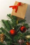 Regalo del Año Nuevo en el árbol de navidad Imagen de archivo libre de regalías