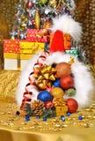 Regalo del cappello di natale, caselle, bagattelle, albero di Natale Fotografia Stock