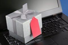 Regalo del comercio electrónico con la etiqueta y la computadora portátil en blanco imagen de archivo libre de regalías