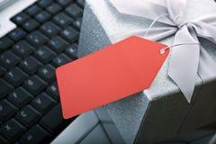 Regalo del comercio electrónico con la etiqueta y la computadora portátil en blanco fotos de archivo libres de regalías