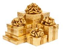 regalo del concepto Cajas del oro en un fondo blanco Imagen de archivo libre de regalías