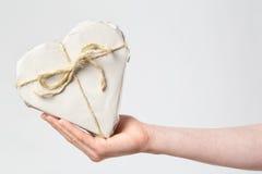 Regalo del corazón en la mano de una mujer Imagen de archivo libre de regalías