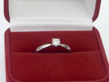 Regalo del día de tarjetas del día de San Valentín de anillo de diamante Fotografía de archivo libre de regalías