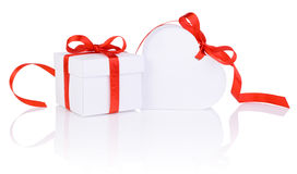Regalo del día de tarjetas del día de San Valentín en la caja blanca y la cinta roja del corazón aislada Fotos de archivo libres de regalías