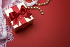 Regalo del día de tarjeta del día de San Valentín Fotos de archivo libres de regalías