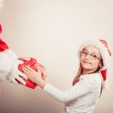 Regalo del givig del Babbo Natale per la ragazza Immagini Stock Libere da Diritti