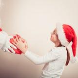 Regalo del givig del Babbo Natale per la ragazza Fotografie Stock