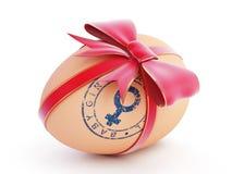 Regalo del huevo de la niña con el arqueamiento Foto de archivo