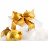 Regalo del nastro dell'oro su bianco Fotografia Stock