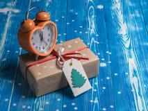 Regalo del nuovo anno con la sveglia Immagine Stock Libera da Diritti