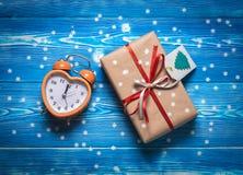 Regalo del nuovo anno con la sveglia Immagini Stock Libere da Diritti