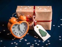 Regalo del nuovo anno con la sveglia Fotografie Stock Libere da Diritti