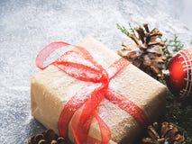 Regalo del nuovo anno di Natale con il nastro e la neve Fotografie Stock