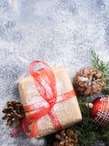 Regalo del nuovo anno di Natale con il nastro e la neve Fotografia Stock Libera da Diritti
