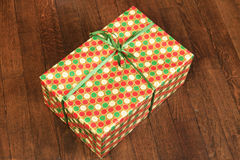 Regalo del nuovo anno e di Natale sotto l'albero sul pavimento di legno Fotografie Stock