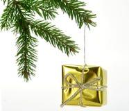 Regalo del oro de la Navidad Foto de archivo libre de regalías