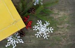 Regalo del oro de la Navidad y decoración hecha punto Fotografía de archivo