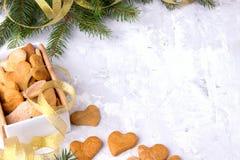 Regalo del ` s de la Navidad o del Año Nuevo con los corazones hechos en casa de las tortas en blanco Fotos de archivo