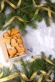 Regalo del ` s de la Navidad o del Año Nuevo con los corazones hechos en casa de las tortas en blanco Fotografía de archivo libre de regalías