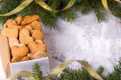 Regalo del ` s de la Navidad o del Año Nuevo con los corazones hechos en casa de las tortas en blanco Fotos de archivo libres de regalías