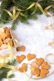 Regalo del ` s de la Navidad o del Año Nuevo con los corazones hechos en casa de las tortas en blanco Imagenes de archivo
