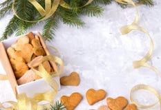 Regalo del ` s de la Navidad o del Año Nuevo con los corazones hechos en casa de las tortas en blanco Foto de archivo libre de regalías