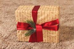 Regalo del ` s del Año Nuevo con la cinta roja en la manta Imagenes de archivo