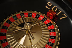 Regalo del ` s del Año Nuevo en la rueda de ruleta Fotos de archivo