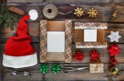 Regalo del ` s del nuovo anno, accessori Nuovo anno, Natale, festa, oggetti per i regali d'imballaggio pacchetti e regali per il  Immagine Stock Libera da Diritti