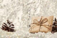 Regalo del vintage de la Navidad en fondo borroso nevoso Imagen de archivo