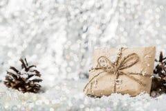 Regalo del vintage de la Navidad en fondo borroso nevoso Foto de archivo libre de regalías