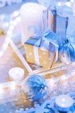 Regalo della casella di natale all'indicatore luminoso blu dell'oro fotografia stock