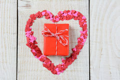 Regalo dentro de la forma del corazón Imágenes de archivo libres de regalías