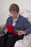 Regalo di compleanno della nonna del presente di giorno di madri infelice Fotografie Stock