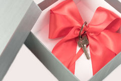 Regalo di concetto del bene immobile in una scatola attuale Fotografie Stock Libere da Diritti