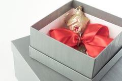 Regalo di concetto del bene immobile in una scatola attuale Fotografia Stock