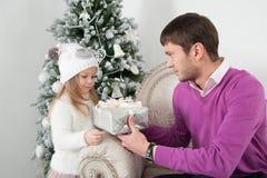 Regalo di elasticità del padre sua figlia al Natale Fotografie Stock