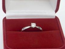 Regalo di giorno dei biglietti di S. Valentino dell'anello di diamante Fotografia Stock Libera da Diritti