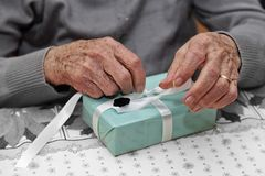 Regalo di Natale ad una donna anziana Fotografie Stock Libere da Diritti