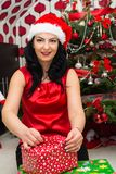 Regalo di Natale di apertura della donna Immagini Stock