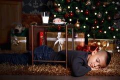 Regalo di Natale aspettante del ragazzino sveglio immagini stock libere da diritti