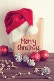 Regalo di Natale con il cappello di Santa Fotografie Stock Libere da Diritti