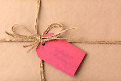 Regalo di Natale con il primo piano rosso dell'etichetta del regalo Fotografia Stock