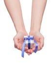 Regalo di Natale con l'arco decorativo del nastro blu Fotografie Stock Libere da Diritti