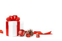Regalo di Natale con l'arco rosso delle palle Fotografie Stock Libere da Diritti